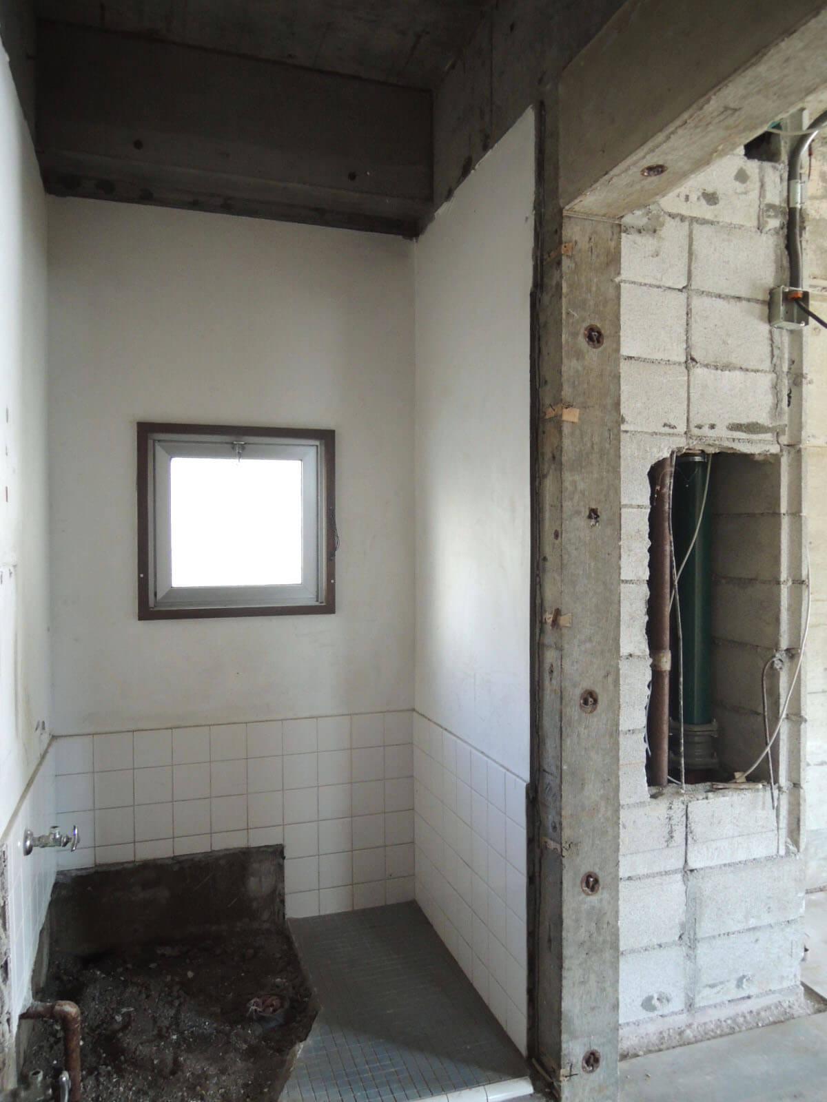 入って右側、小窓あります。