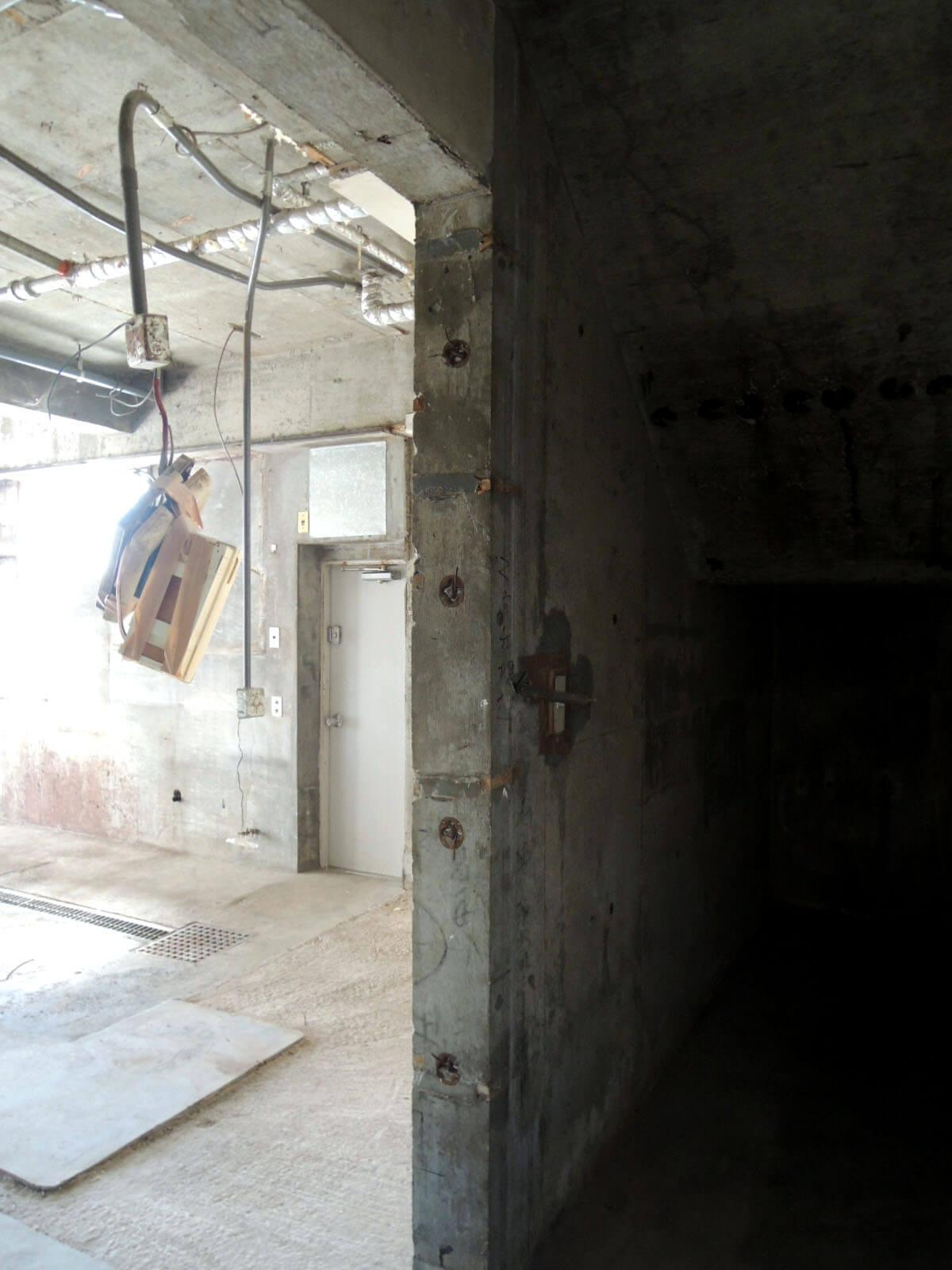入って左側、階段下のため斜め天井です。