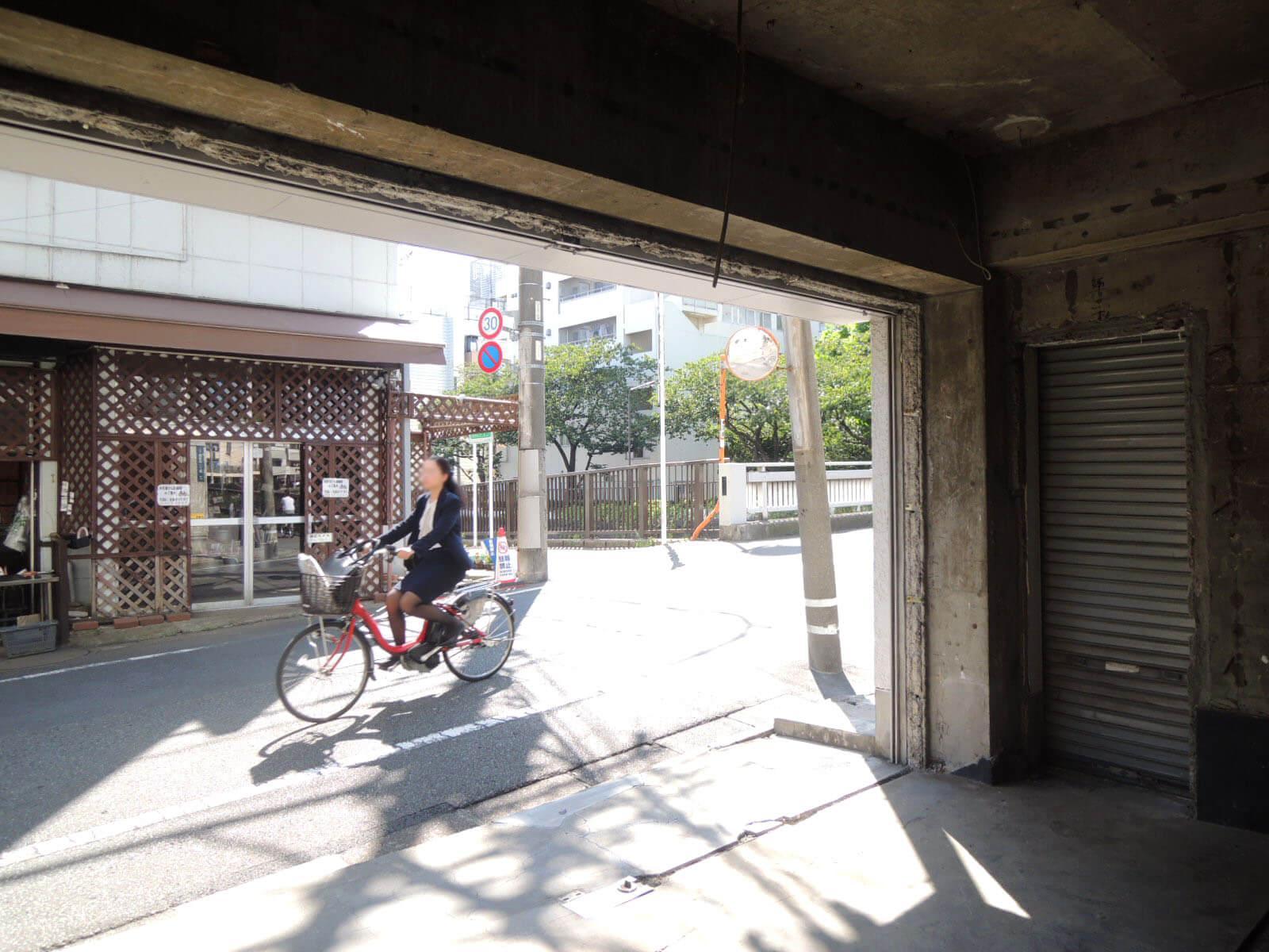 自転車通行人、終日多数。