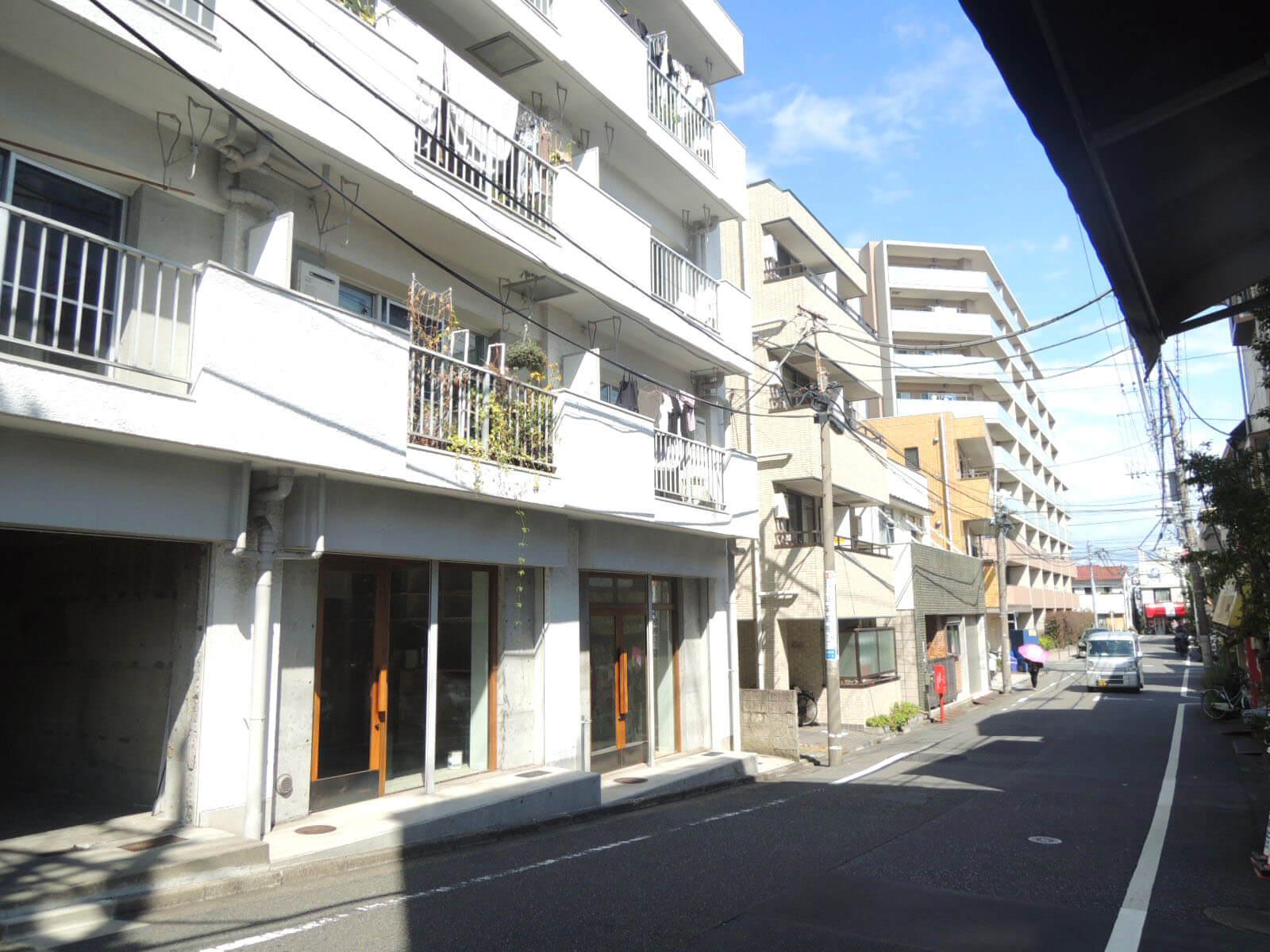 奥のほうの白い建物も世帯数多めのマンションです。