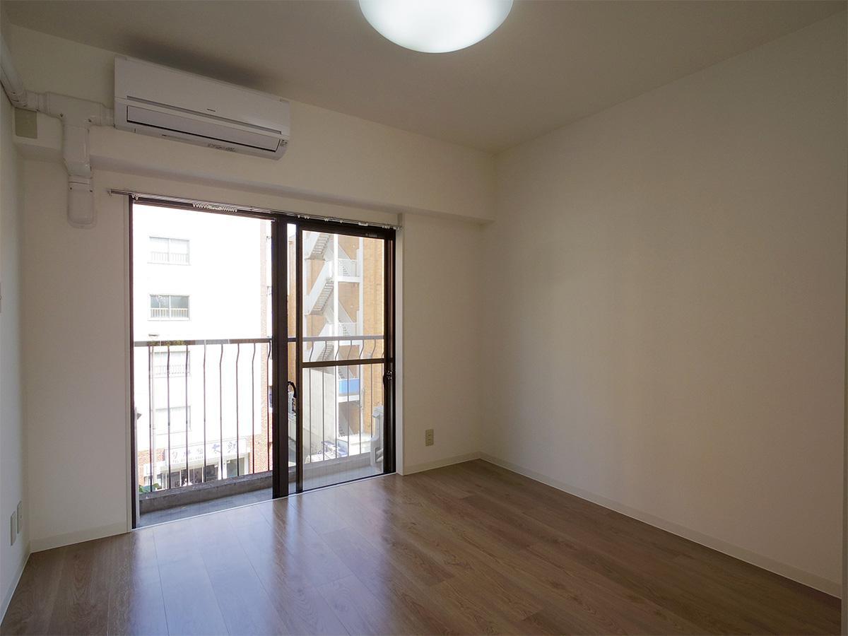 4.5畳の洋室。左側にクローゼットがある(写真は4階のもの)