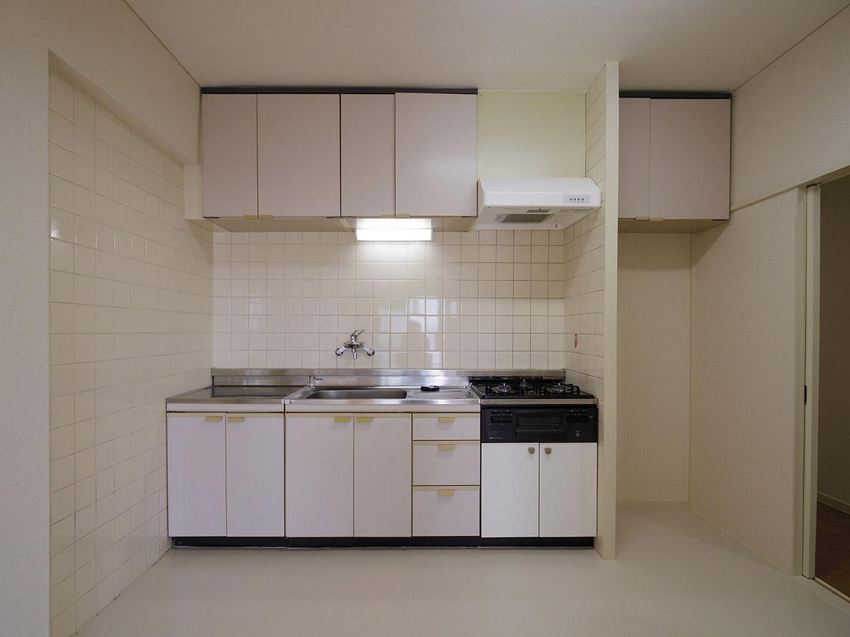 キッチン。冷蔵庫置き場上の吊り戸棚も重宝しそう