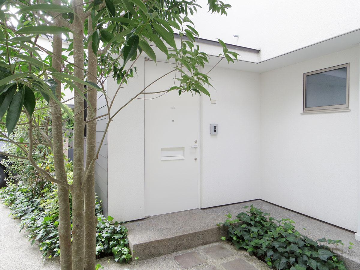 中庭を囲むように各住戸の入り口が配置されている