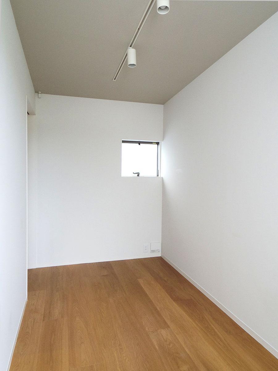 3.7畳の洋室。収納部屋としても書斎としても