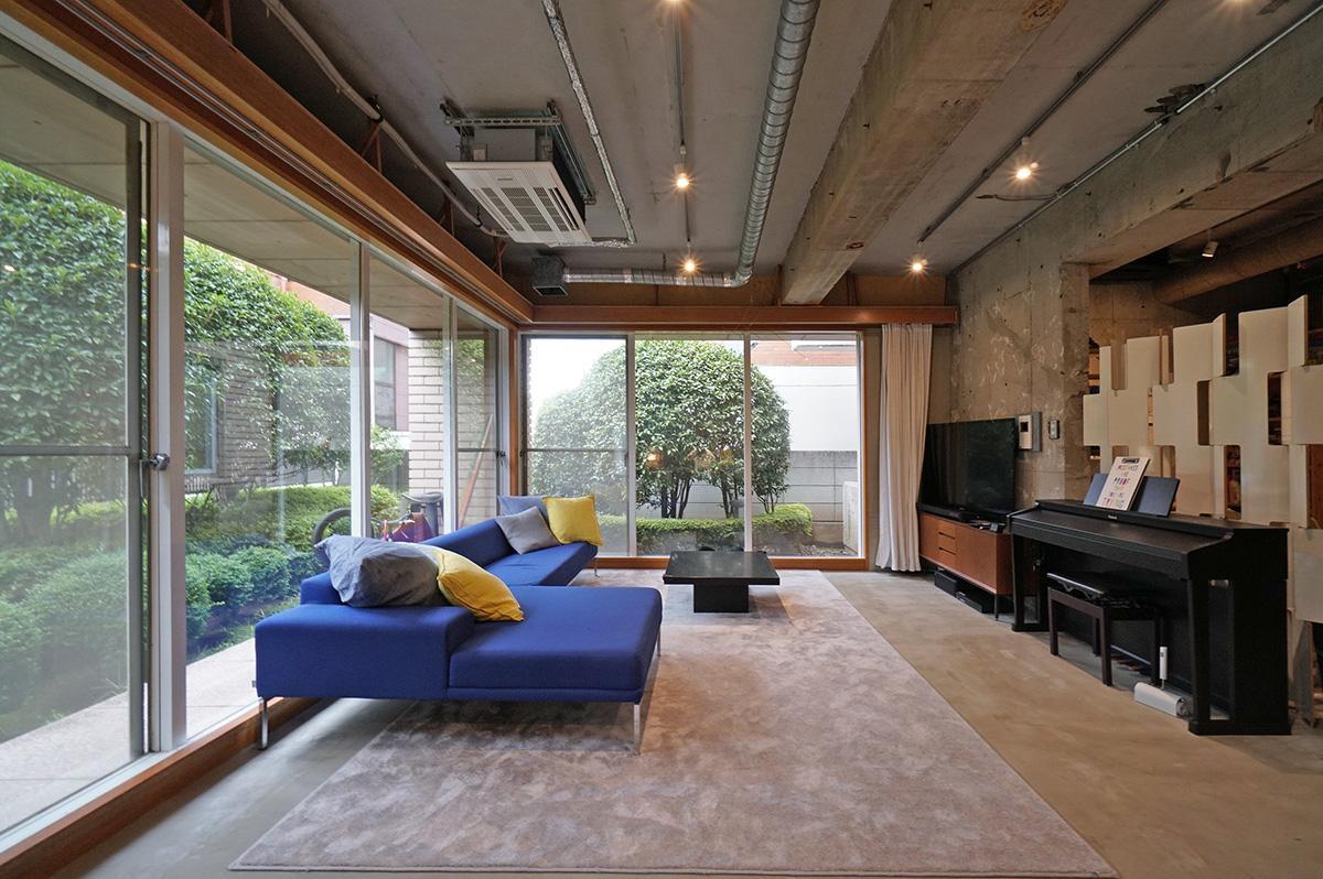 約27.2畳の広いLDにワイドな窓もあって明るく気持ちのいい空間です