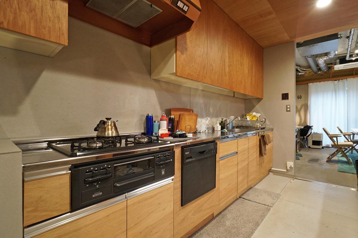 壁一杯のキッチンはかなりサイズが大きく使いやすそう