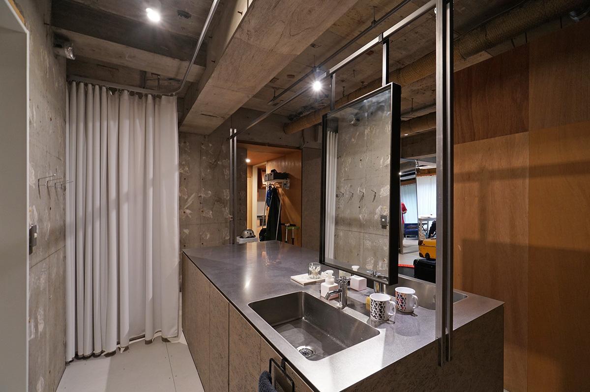1枚の鏡を表裏から使えるよう、洗面台も両側に配置してあります