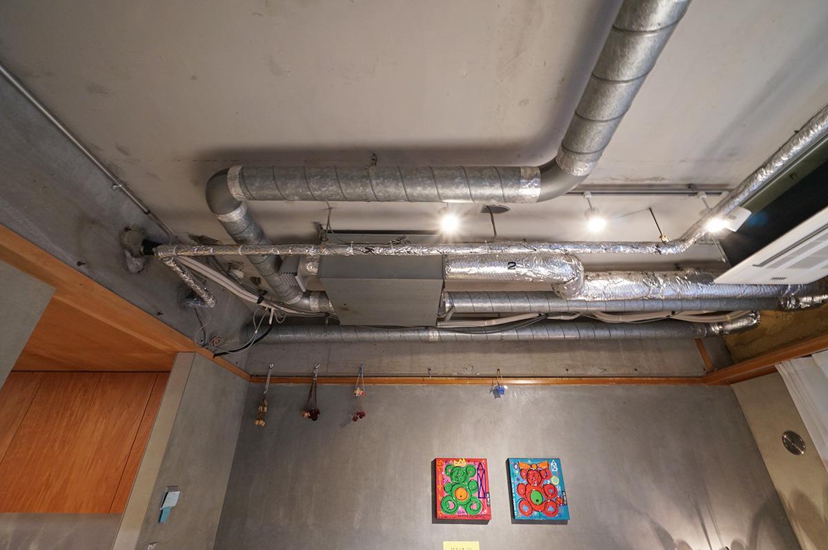 天井には換気や空調のダクトが這い回ります