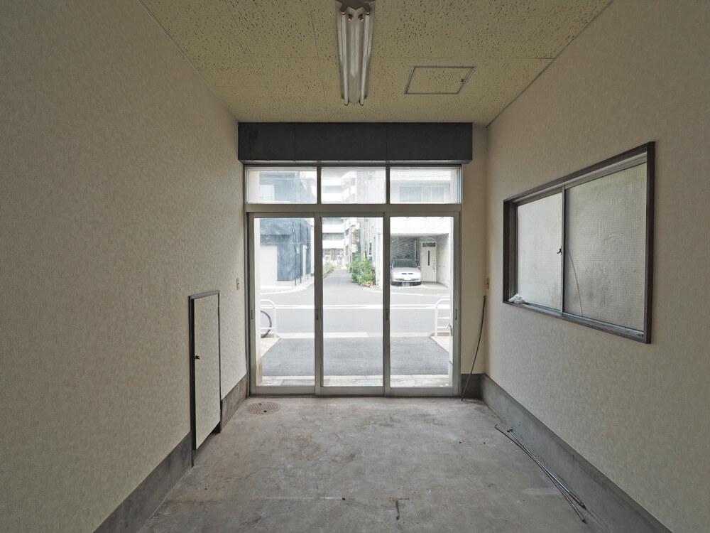 左側の小さな扉の奥は階段下収納