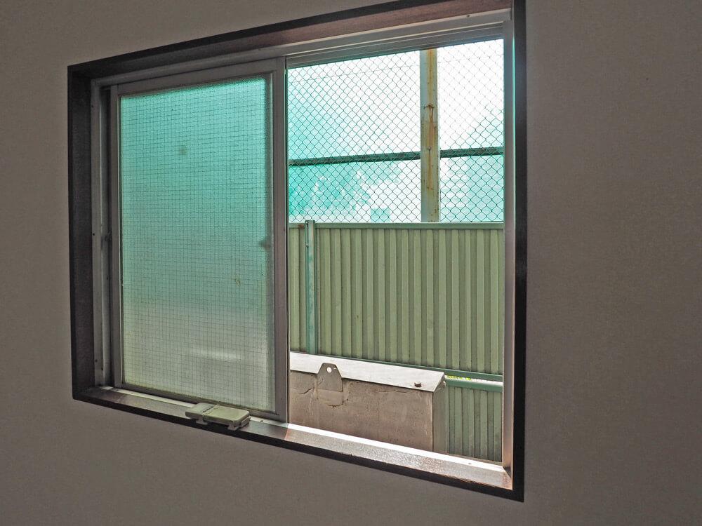 南側の窓の向こうは中学校の運動場