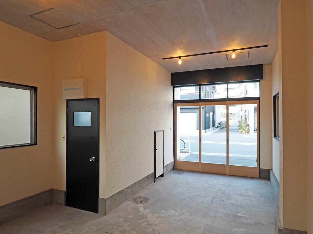黒い扉がトイレ、その右側の小さな扉は階段下収納