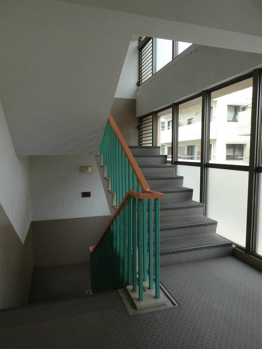 共用部の階段。明るくクリーン!