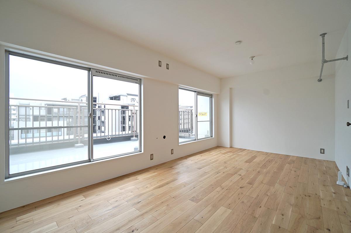 上階の約9.3畳の寝室は、間仕切りを追加して2部屋に分けることも可能です