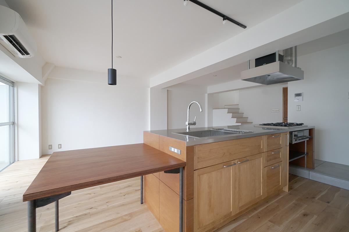 キッチン脇のダイニングテーブルは可動式なので、作業台と使うもよし、テーブルと使うもよし