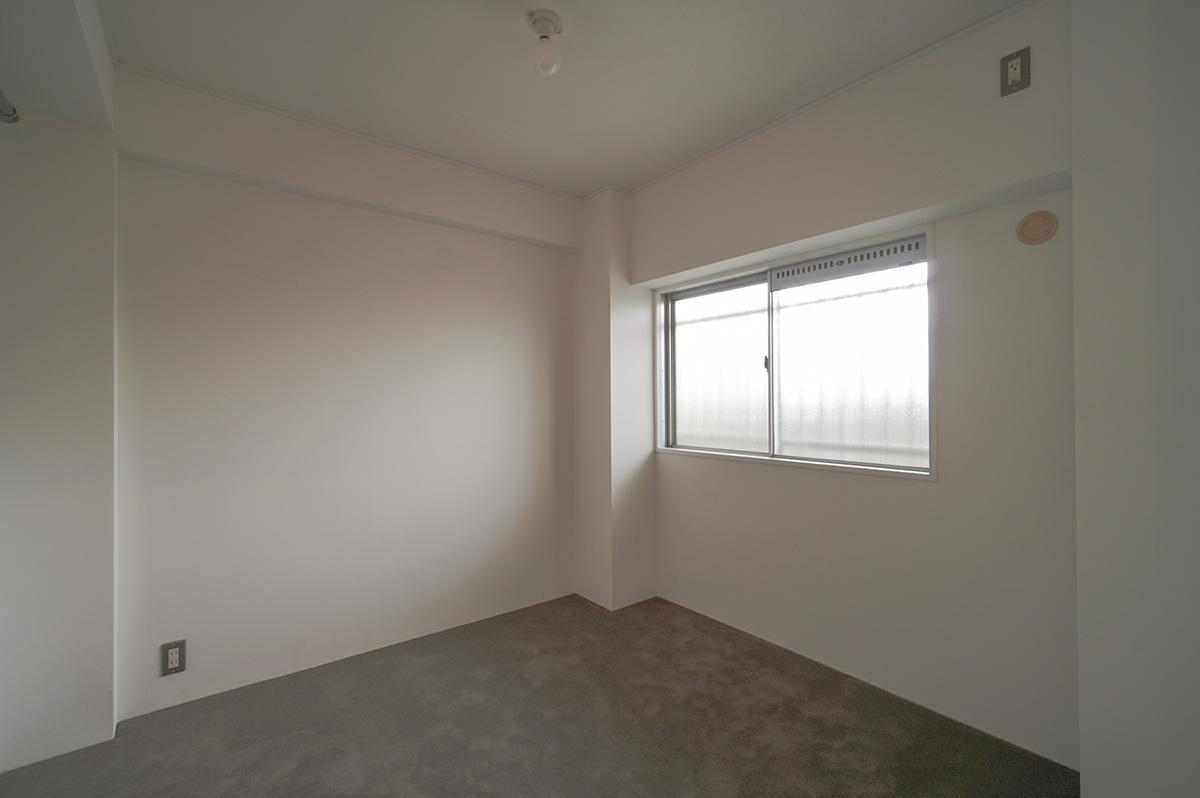 下階の寝室の床はグレーのカーペット