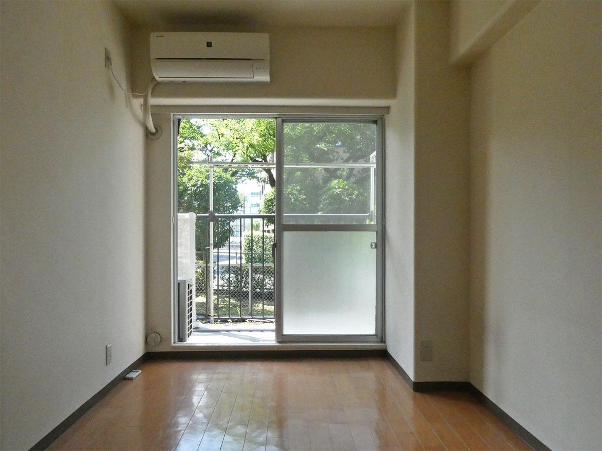6畳の洋室。室内からは敷地内の緑が見える