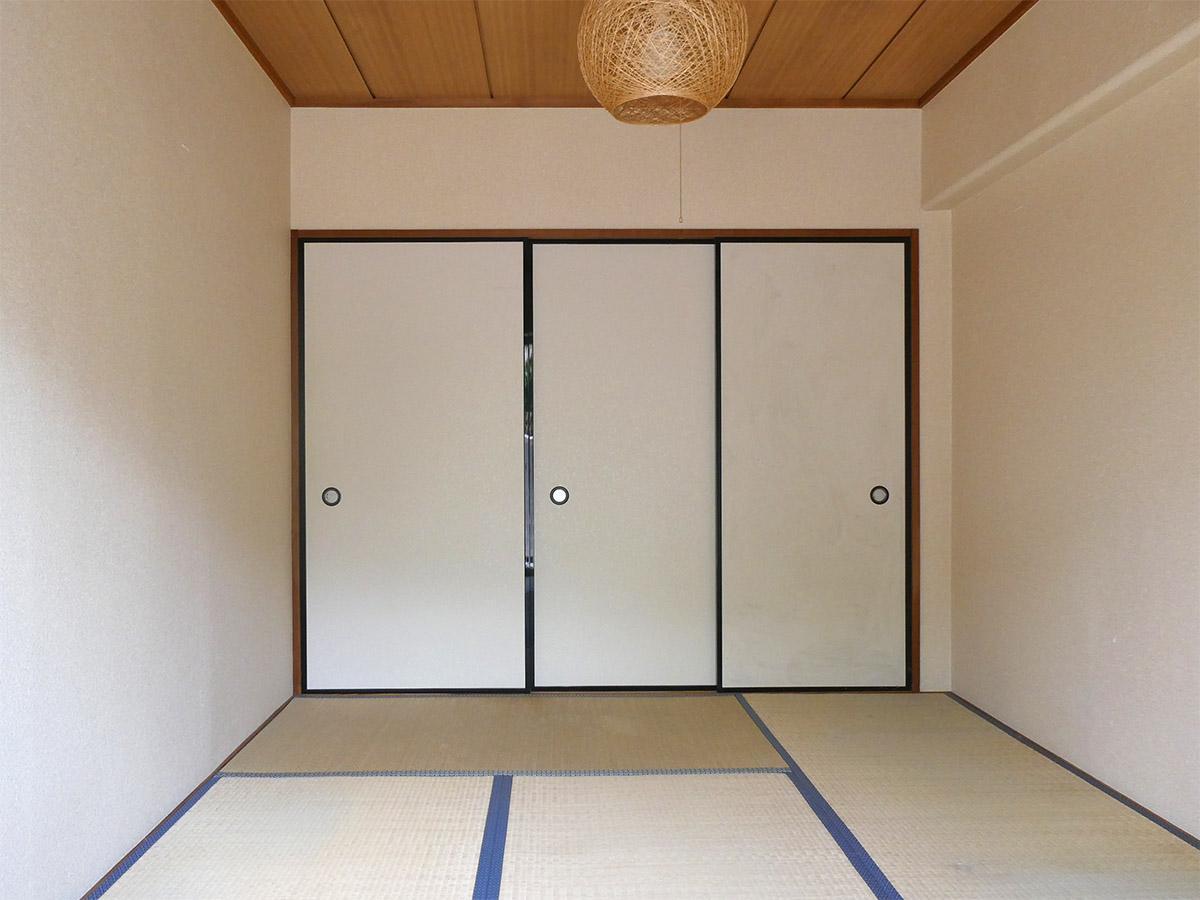 6畳の和室。右側のふすまは押し入れ