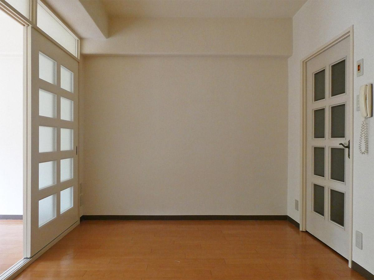 ダイニング。洋室の引き戸はすりガラスで光を通す