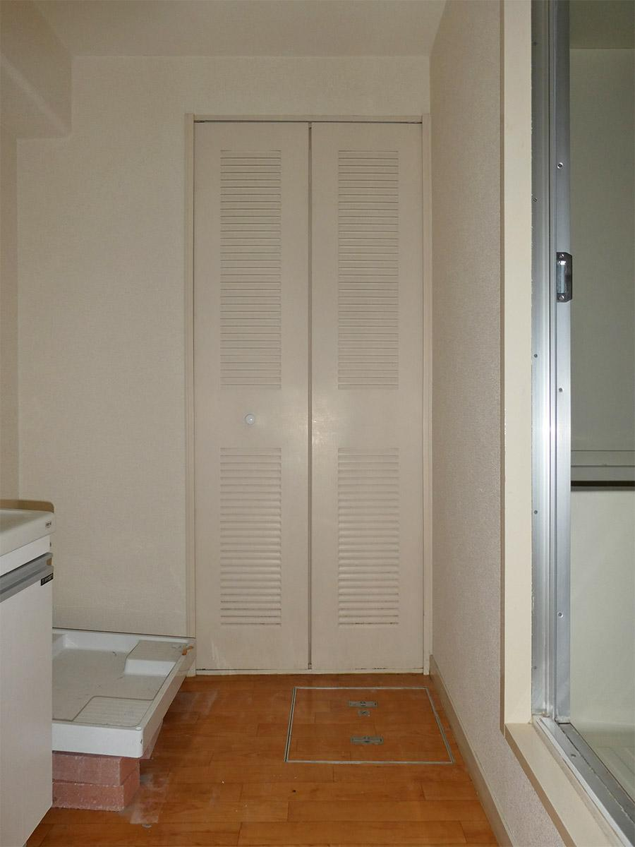 脱衣スペースの左手に洗面台。正面の扉内は電気温水器のため、収納には使用できません