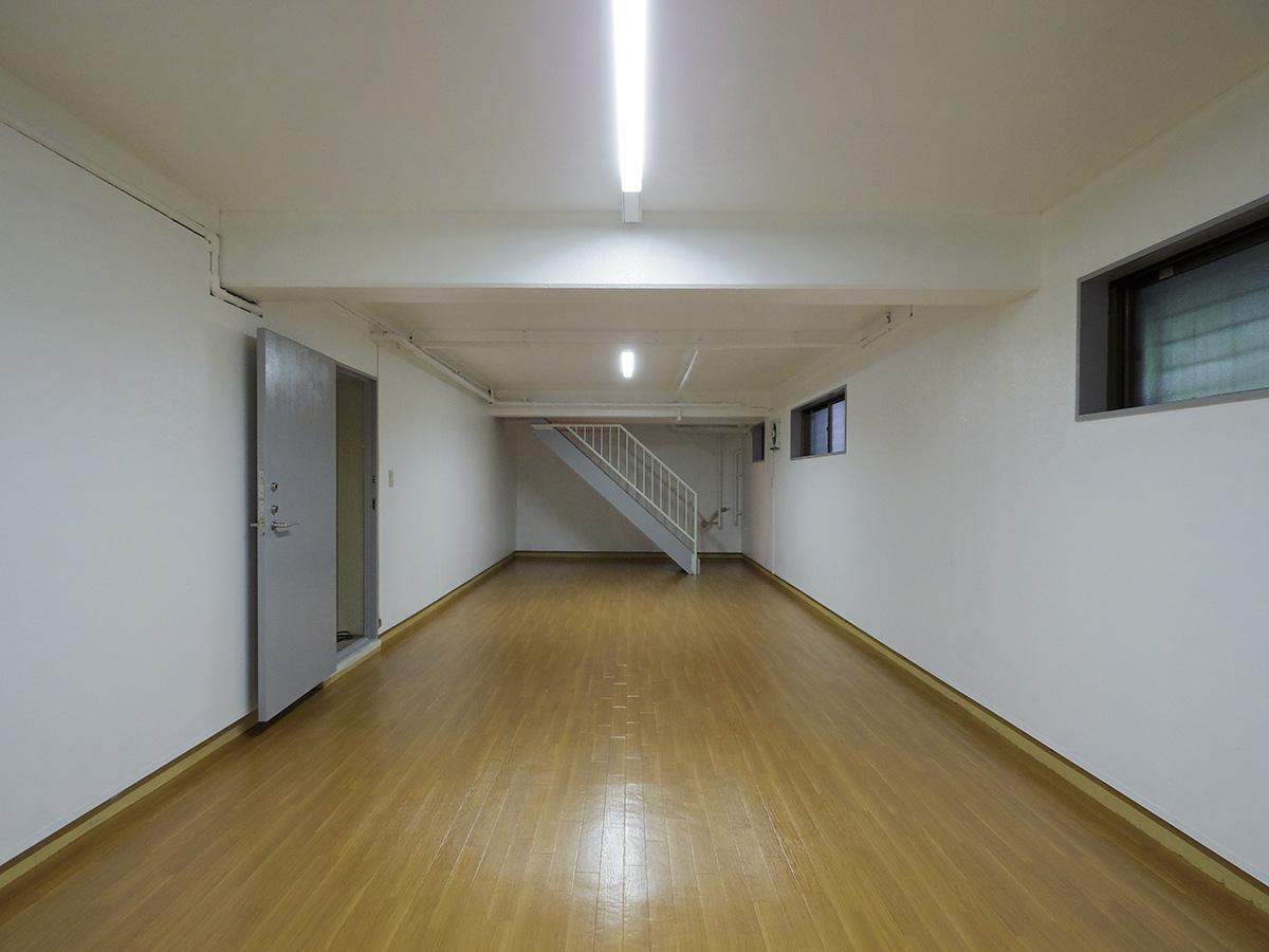 ズドン!と奥行きのあるプレイルーム。壁の上部に窓はありますが室内は暗め