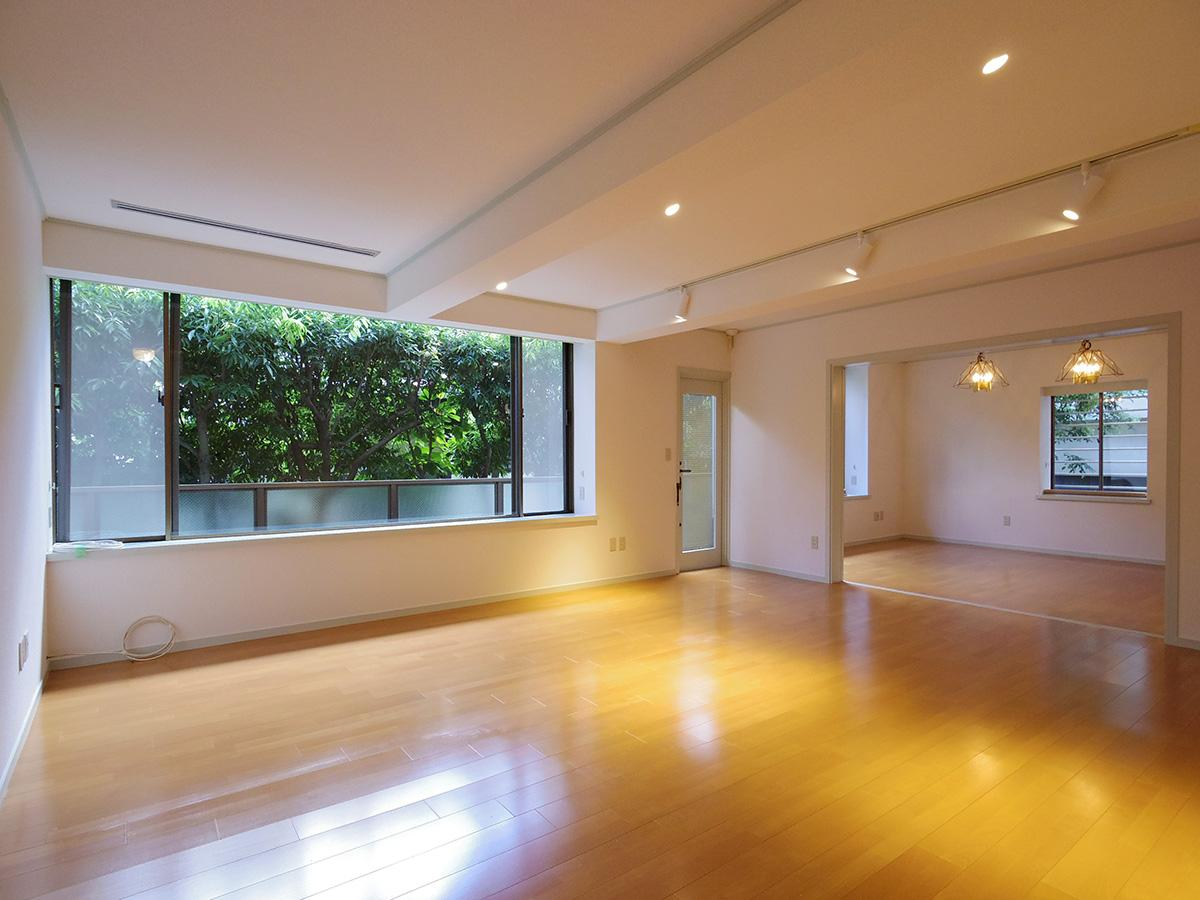 約30畳のリビングダイニング。緑に囲まれているため、プライベートを確保しながらも、気持ちよく過ごすことができる
