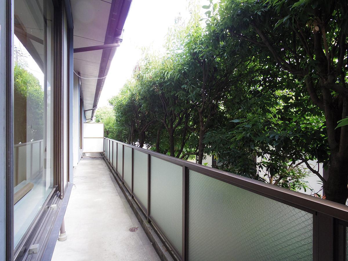 1階バルコニー。すぐ前には植栽されている