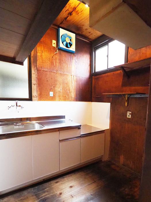 天井が高く気持ちいい。キッチンは新しく交換されている
