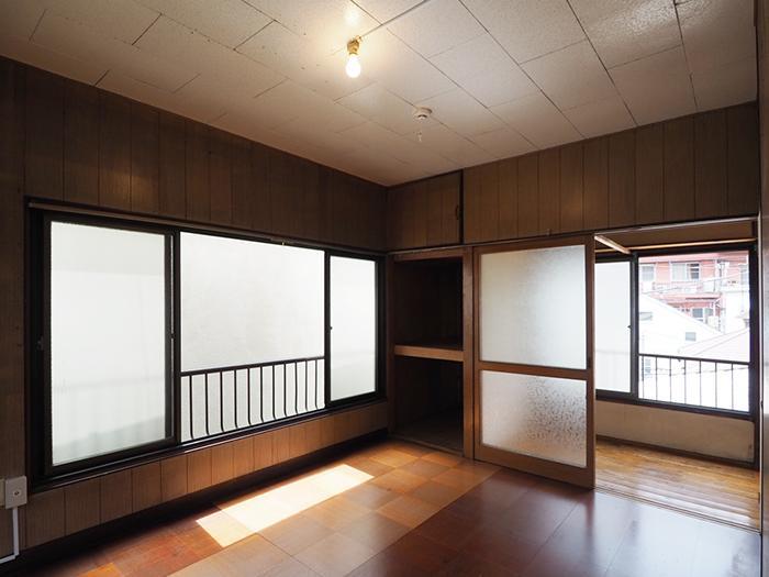 2階の洋室。窓が多くて明るい