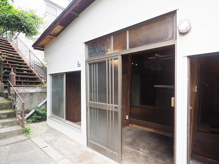 正面に引き戸の玄関。右手に開き戸の玄関がある