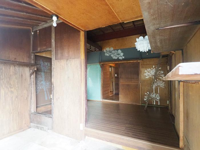引き戸の玄関。広い土間に、小上がりになった洋室