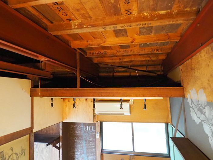 天井との間のスペースを物置場所として使える