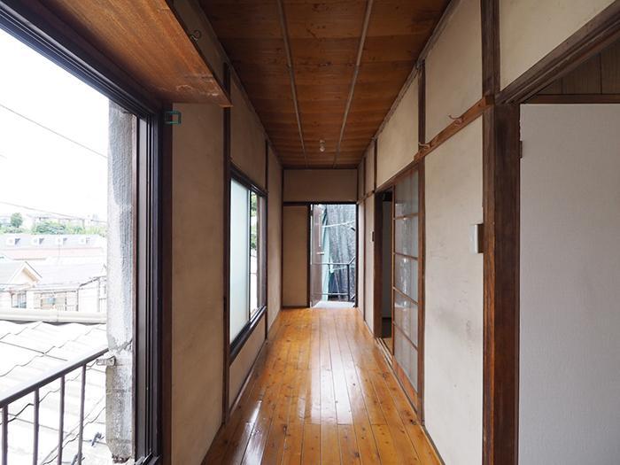 2階。窓際に廊下がある。窓の外の眺めもいい