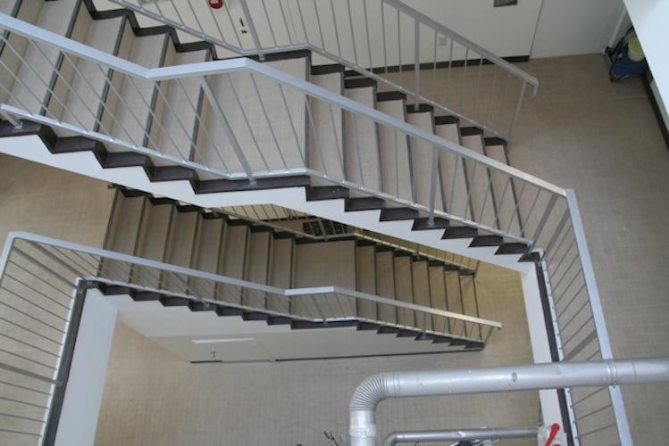 4階まで吹き抜けのらせん階段で上がります(エレベーターはありません)