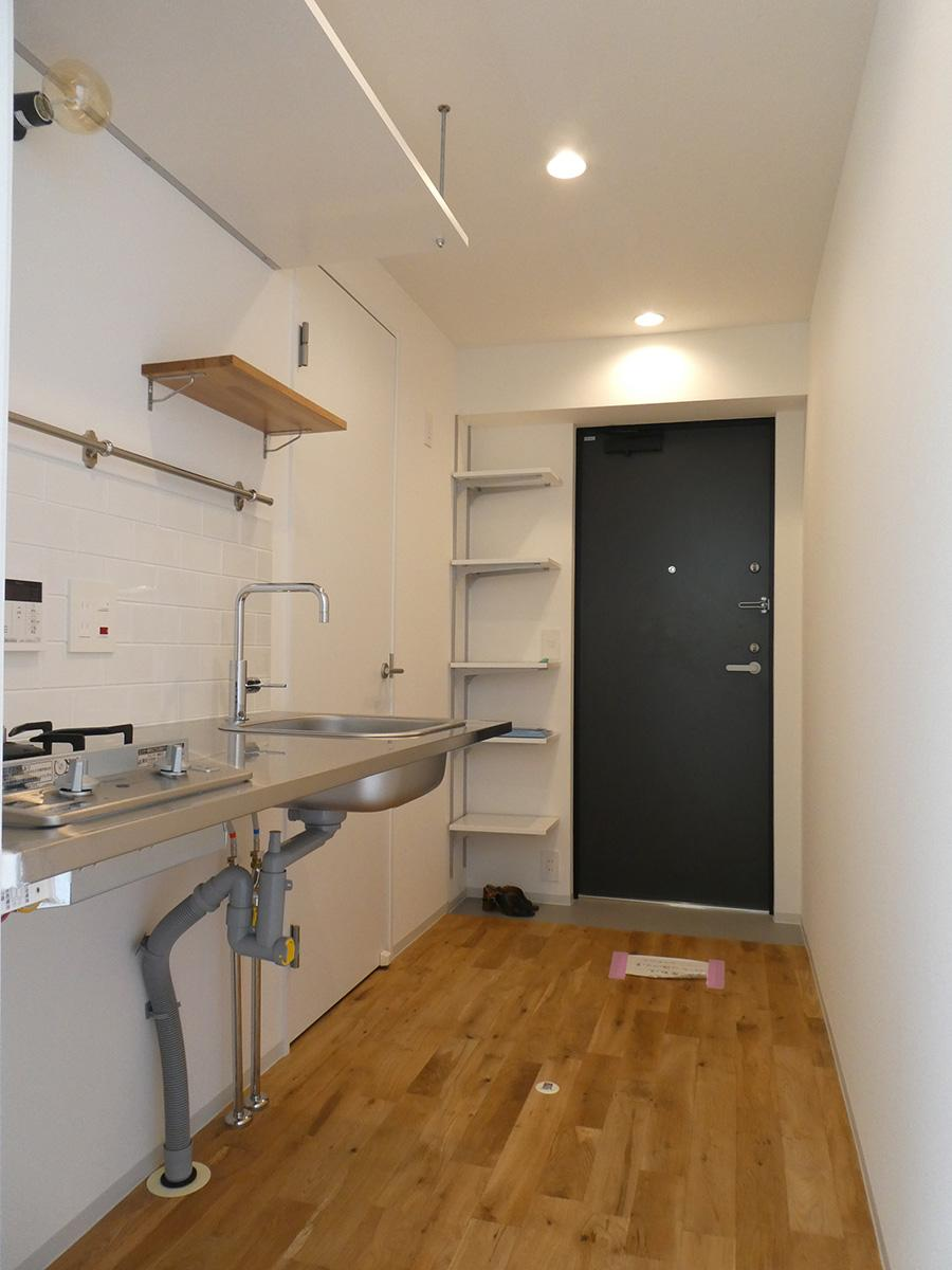 402号室:玄関とキッチン。冷蔵庫は靴収納棚の前に置く形になります
