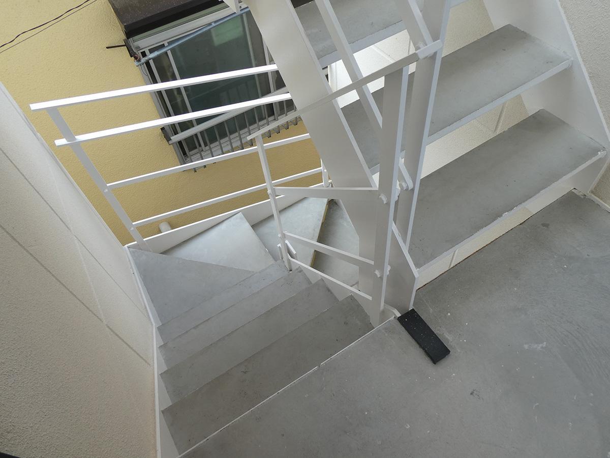 この階段で3・4階まで上がります