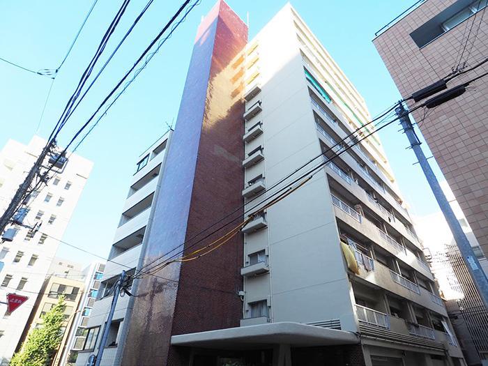 渋い雰囲気のマンション。鎗ヶ崎の交差点近くの好立地というのも魅力