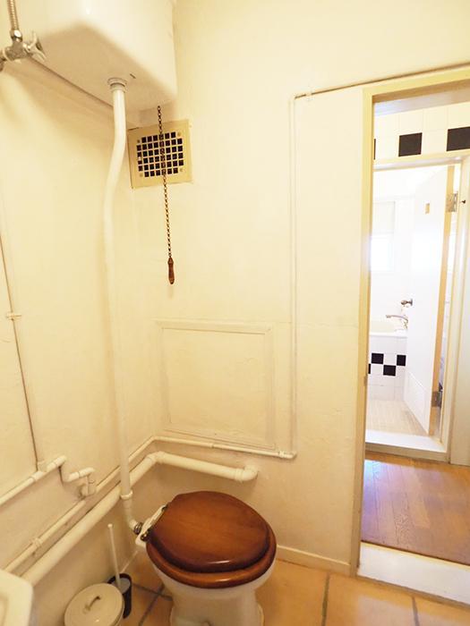 トイレのタンクはデッドストックを取り寄せて、あえてレトロな雰囲気に