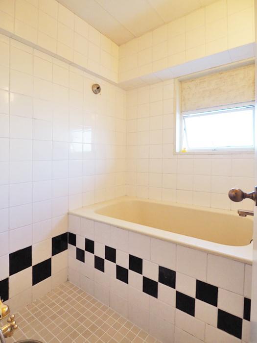 白黒のタイルがかわいい浴室