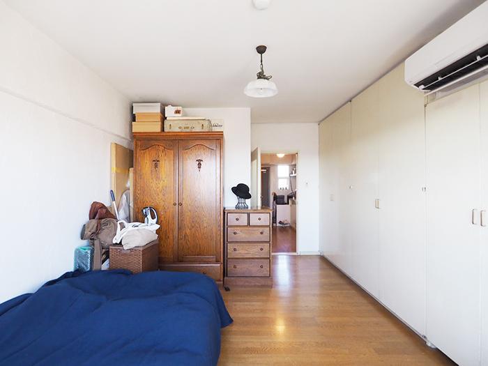シンプルな寝室。壁一面が収納になっていて、たっぷり荷物が収められる
