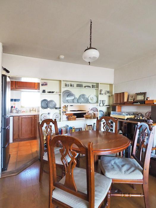 ダイニングスペースとキッチンの間には大きな食器棚が備え付けられている
