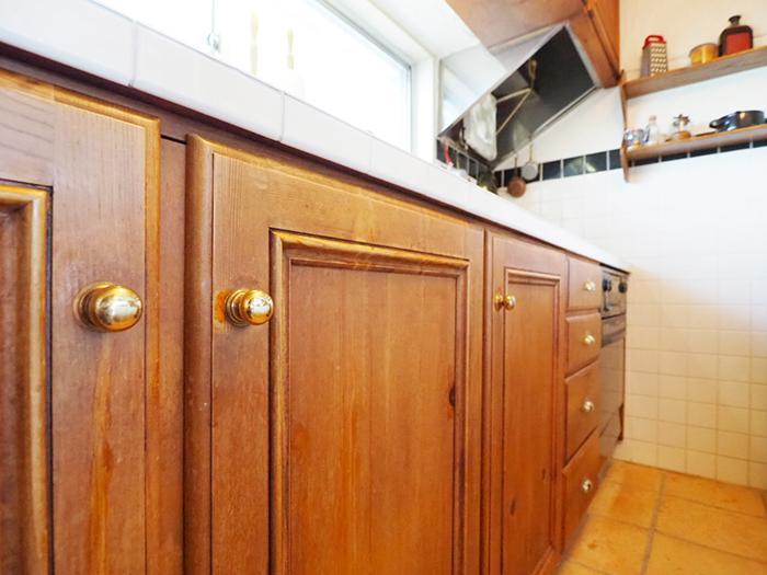 キッチンの扉もレトロでかわいい。ガスオーブンつき