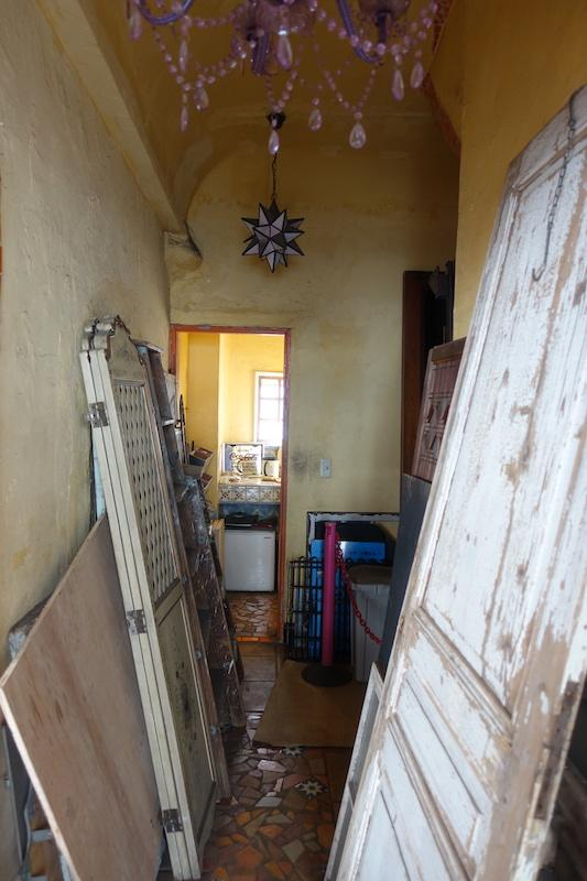 オーナーの事業の資材が並ぶ廊下は、Rが効いた天井が高め