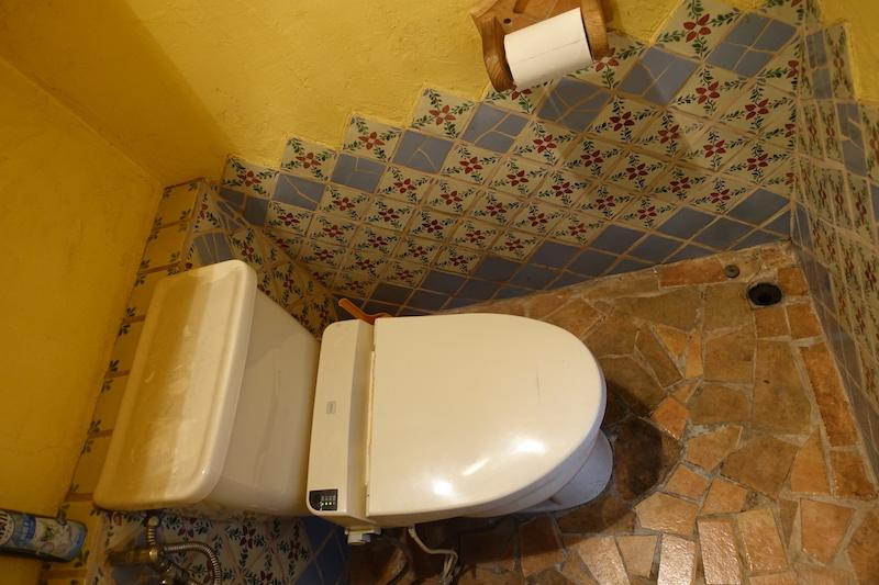 タイル張りのトイレ。コンパクト