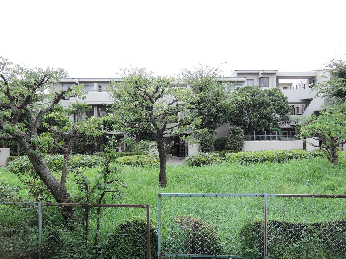 向かいのマンションとの間にはこんな庭があるため、緑の景色が望めます