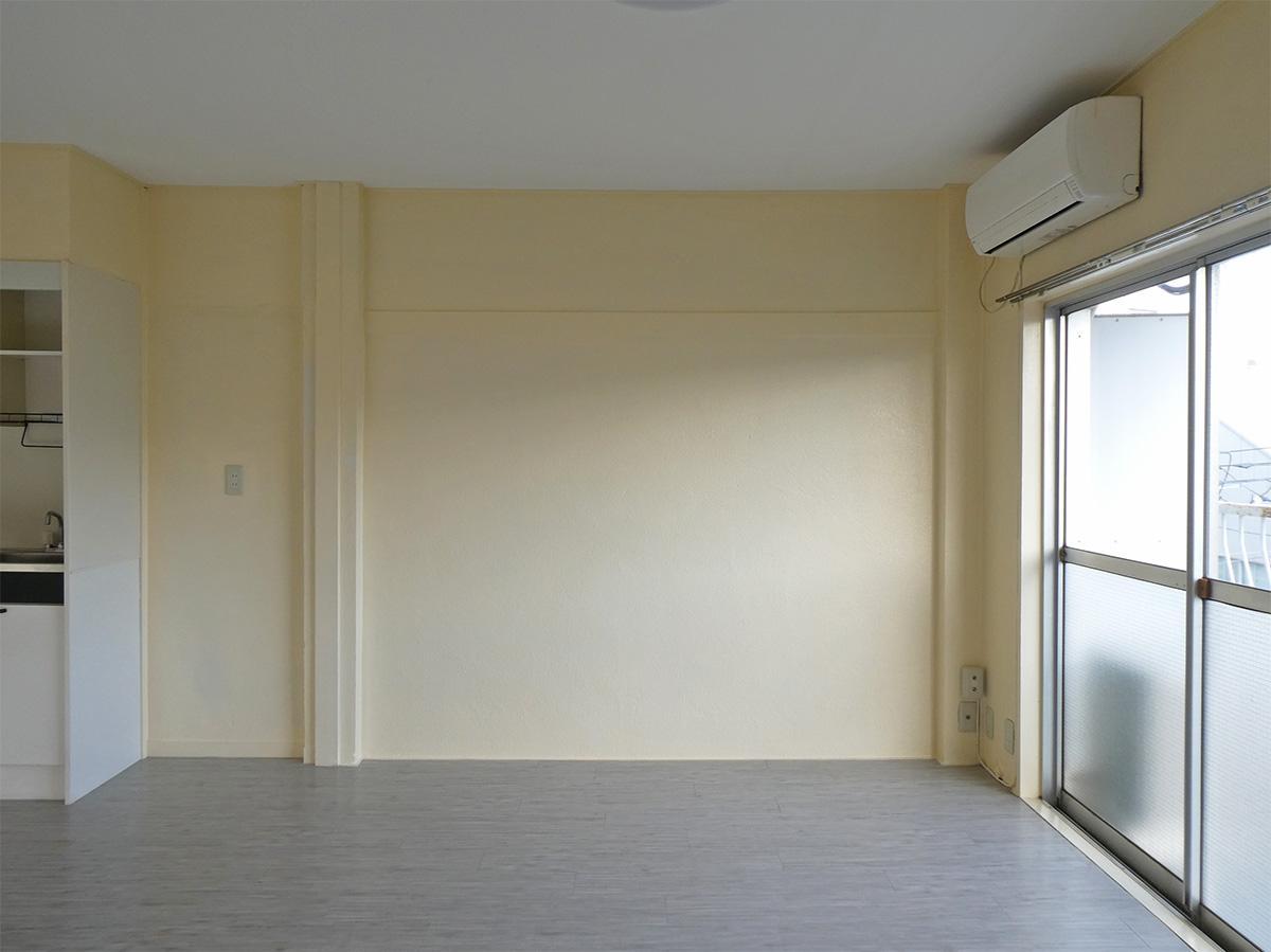 壁はクリーム色の塗り壁で床はクッションフロア