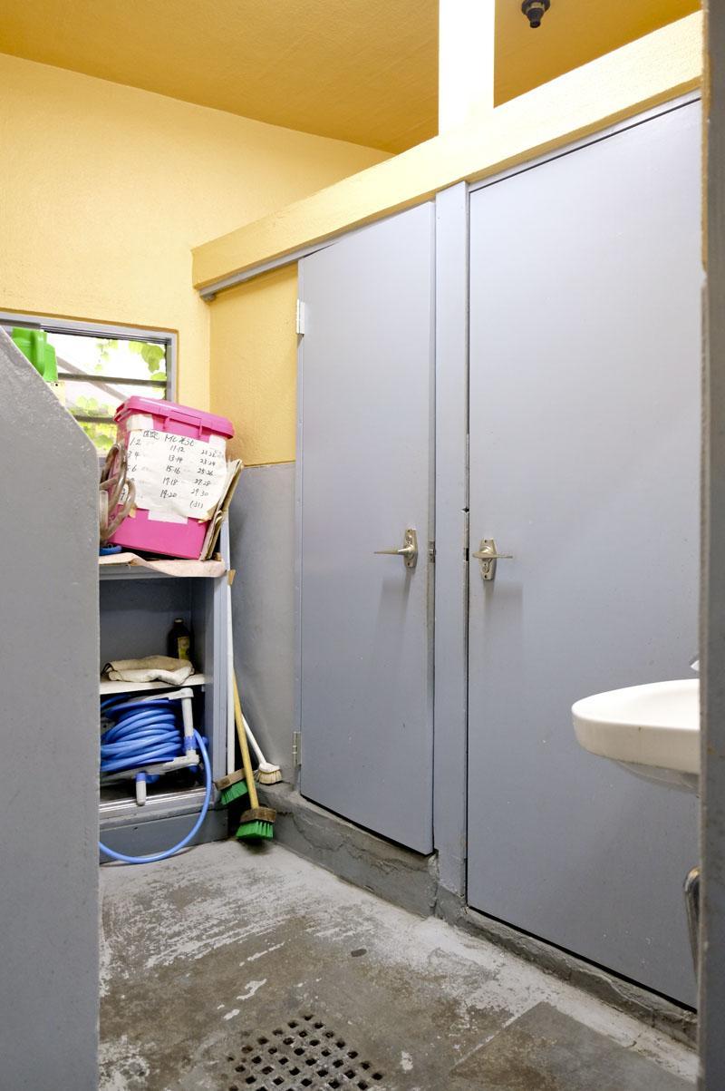 共用トイレ内部