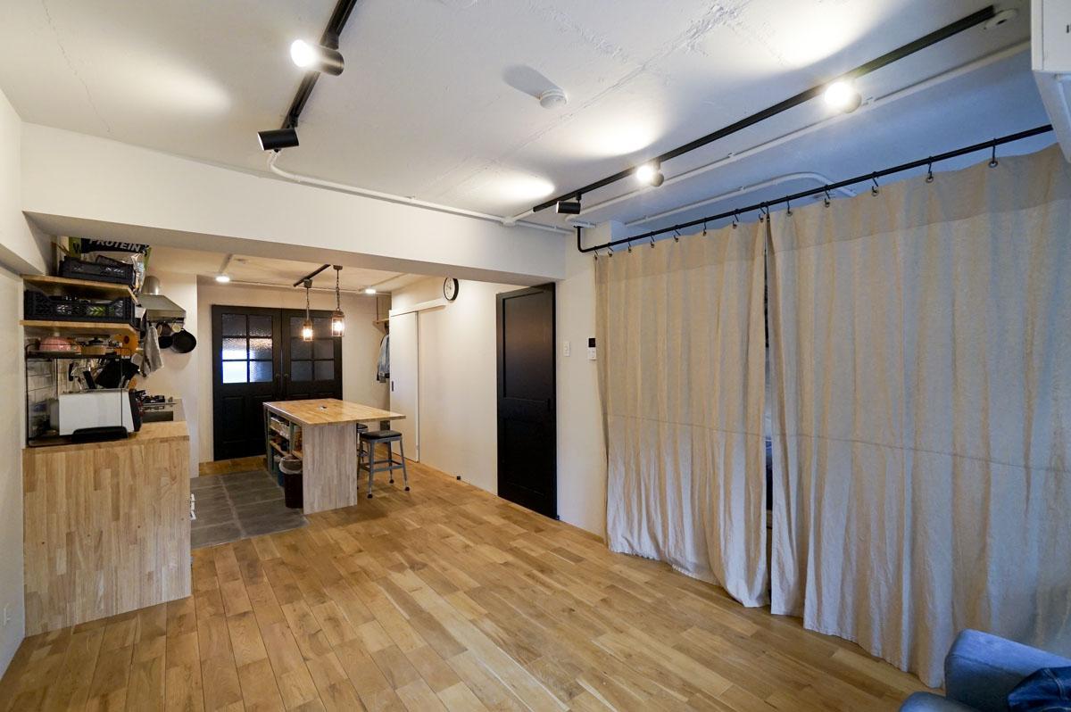 小上がり横のウォークインクローゼットには室内窓もあり、ゆくゆくは子ども部屋としても使えるように設計されている