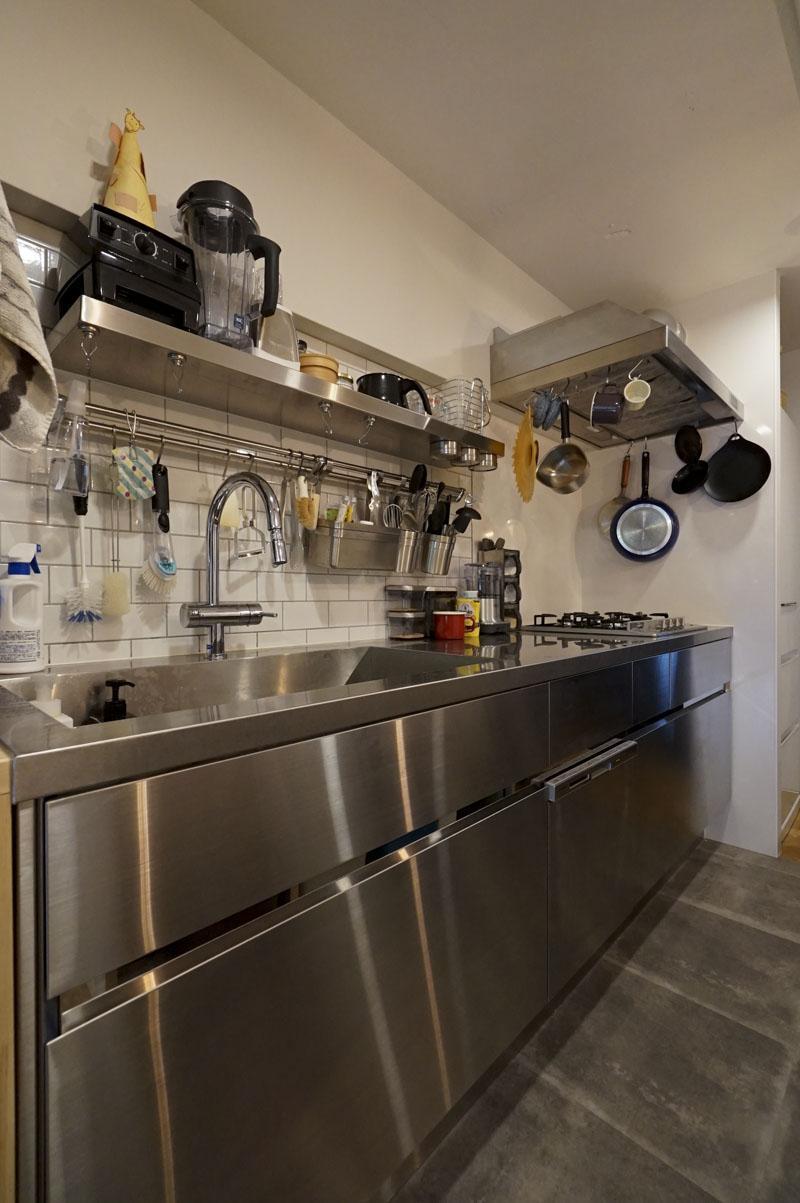 こだわったという、オールステンレスのシステムキッチン。食器洗浄機機付き、4口コンロでかなり使いやすそう!