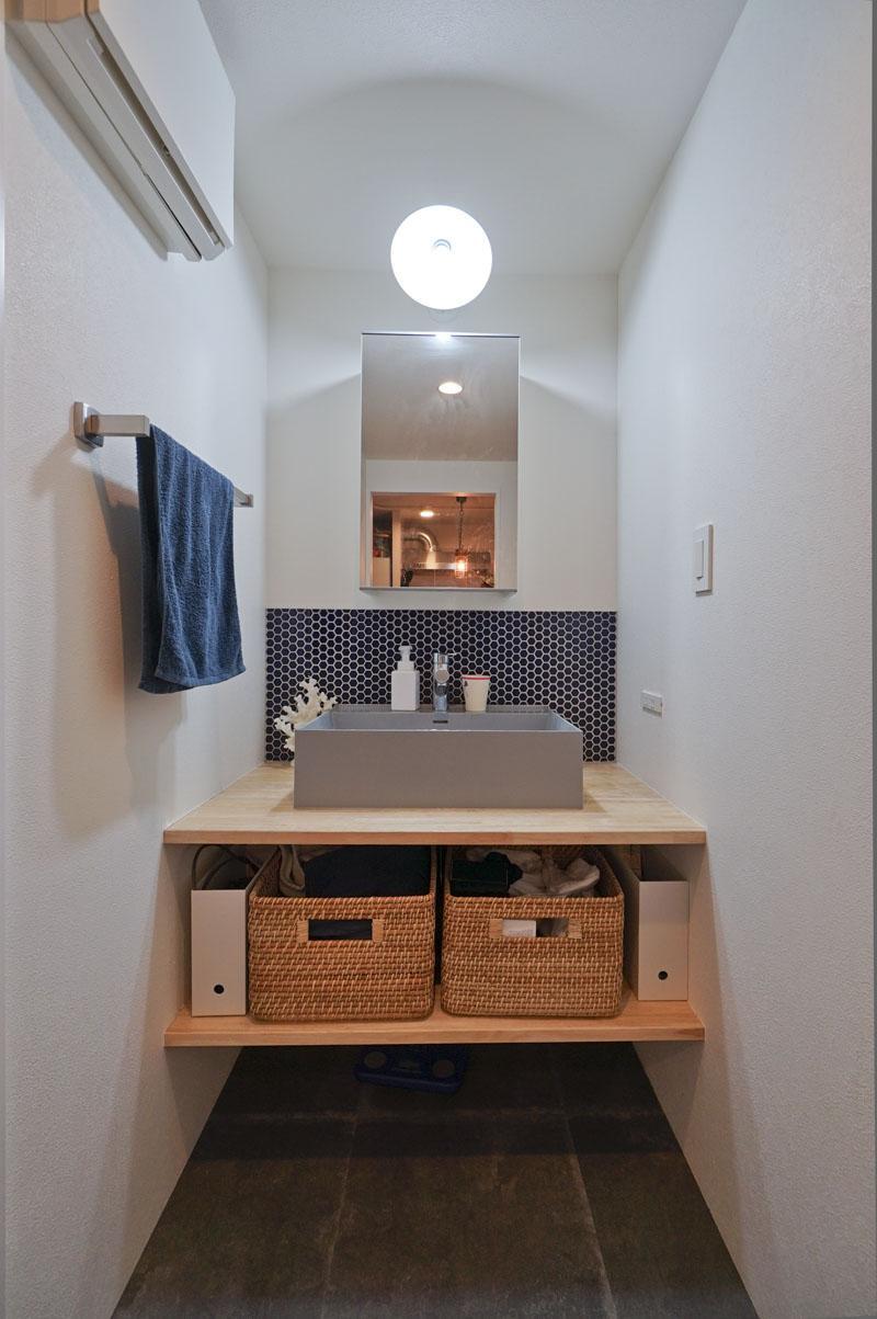 洗面化粧台はイタリア製のもの。コバルトブルーのハニカムタイルも印象的