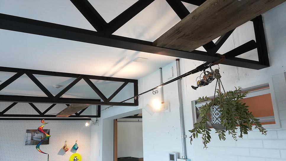 植物を吊り下げたり、板を渡して棚にしたりできる